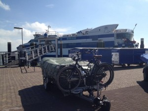 Wachtend bij de boot van Vlieland